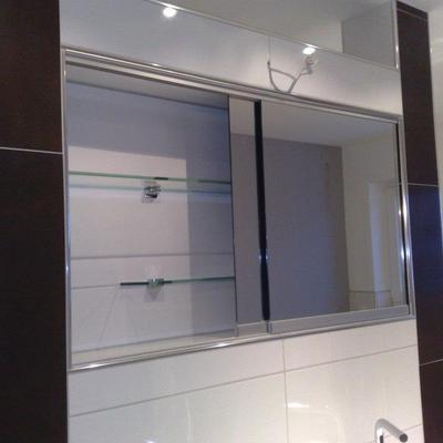 Spiegelschrank mit Laufschienen